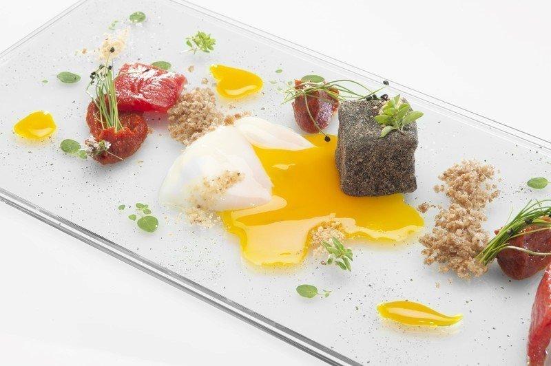 Uovo-e-pomodoro-pane-di-segale-e-carbone-di-melanzana-Chef-Francesco-Apreda-1-Michelin-del-ristorante-Imago__800x6001